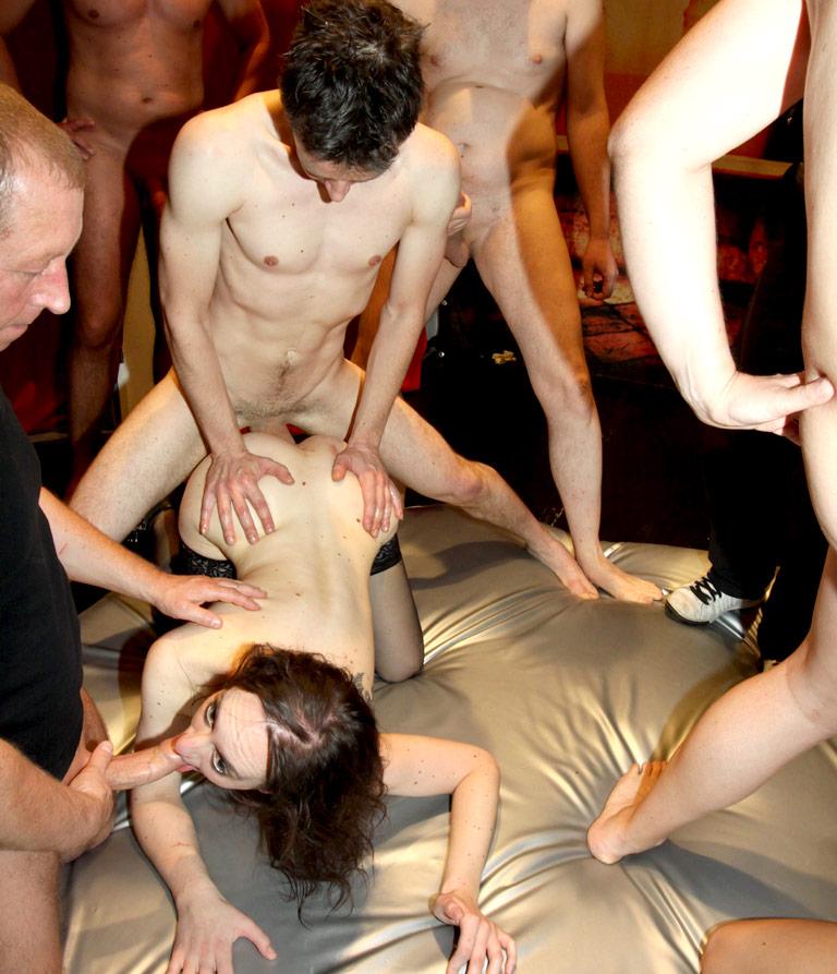 Группавое извращенное смотреть онлайн порно